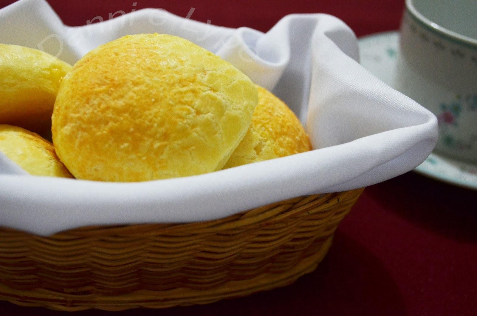 Pão de Queijo Recheado com Carne Seca e Cream Cheese