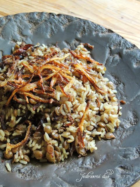 Mujaddara /Mejadra - Pikantna riža s lećom i prženim lukom