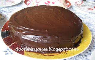bolo prestigio com cobertura de ganache chocolate branco