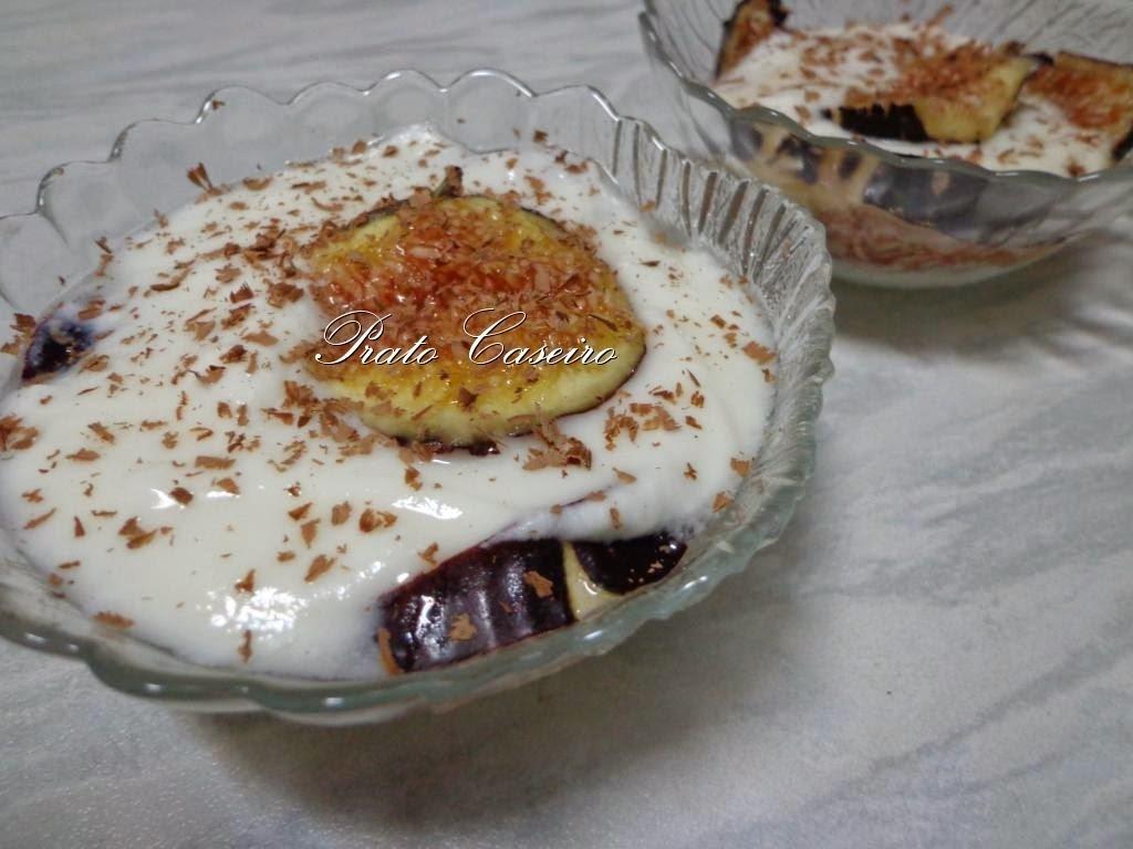 Verrine de figo com iogurte natural e raspas de chocolate