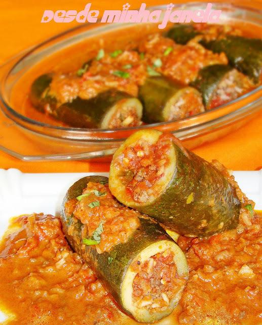 Abobrinhas recheadas com carne moída e arroz ao molho de tomate