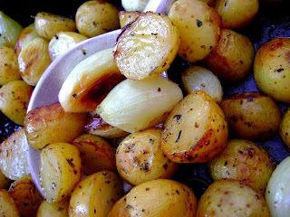 batatas e cebolas miúdas assadas com alecrim e alho