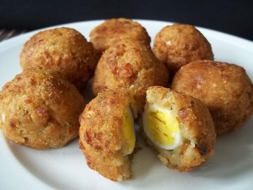 Bolinho de PTS ( proteína texturizada de soja ) recheado com ovo de codorna