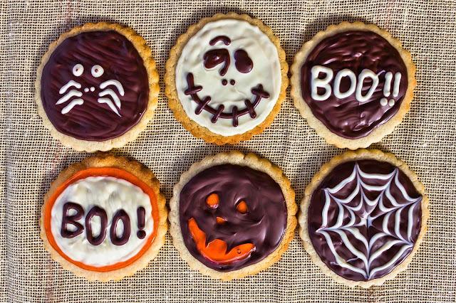Decorar galletas con motivos Halloween, sólo con chocolate.