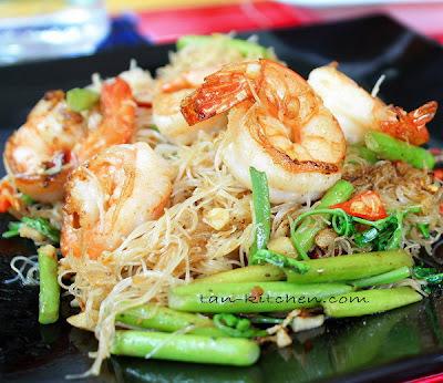 Stir-Fried Thin rice noodles with shrimp and Water mimosa (Sen Mee Pad Koong kap Pak Ka-Chad)