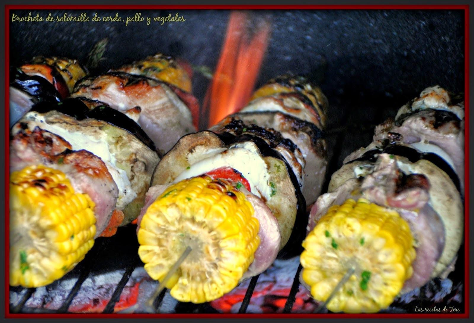 Brocheta de solomillo de cerdo, pollo y vegetales.