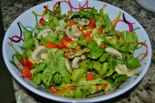 Salada com alface, avogado e cogumelos