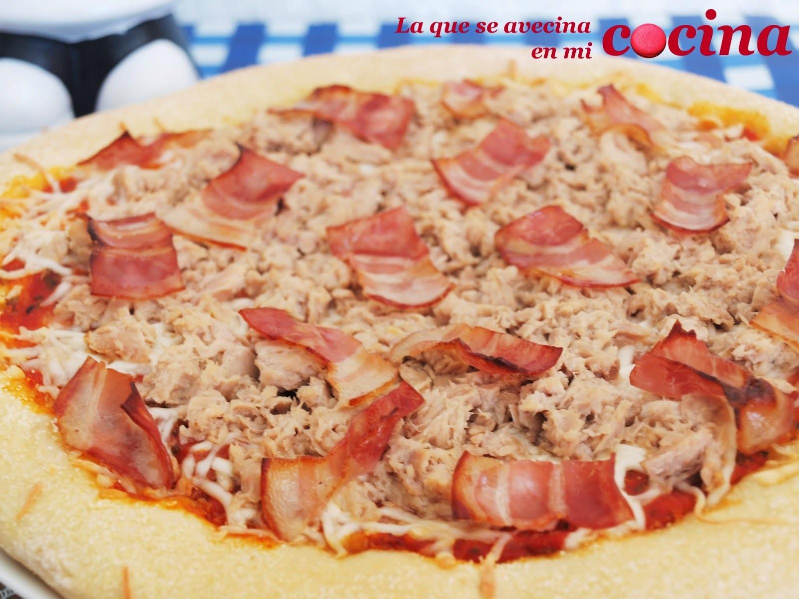 Pizza de atún y bacón.