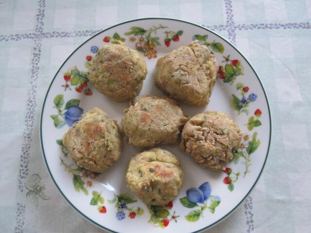 Almôndegas de tofu com verdura e salsa