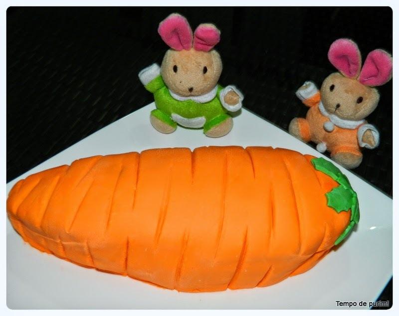 Bolo de Páscoa modelado em forma de cenoura com pasta americana