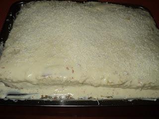 bolo recheado de creme de baunilha e chocolate branco