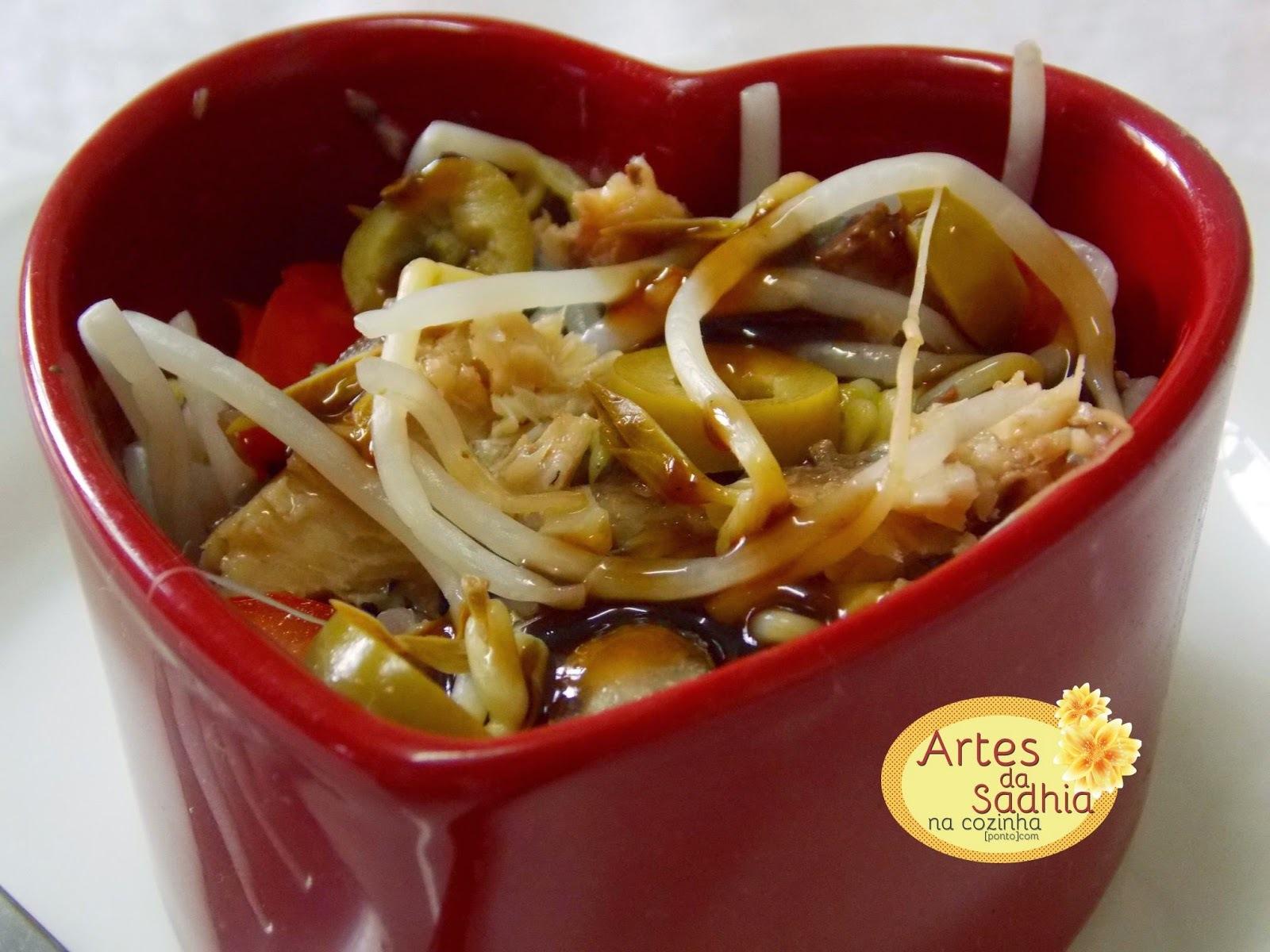 Salada de moyashi  ( broto de feijão )com azeitonas e sardinha