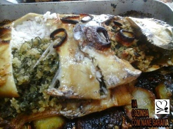 de peixe assado no forno recheado com farofa