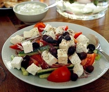 Ensalada griega con salsa de yogur