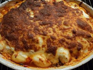 Oksekød med kartoffellåg, gulerødder og revet ost
