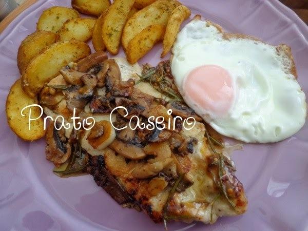 Bifes de peru com alecrim, mostarda, mel e cogumelos com batatas mediterrânicas