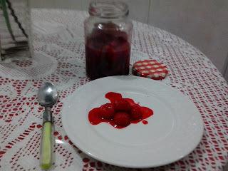 sobremesa com cerejas em calda