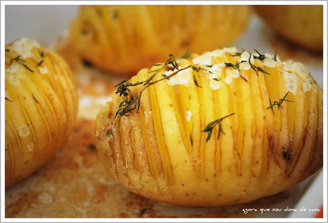 acompanhamento incrementado: batatas assadas com sal grosso e tomilho
