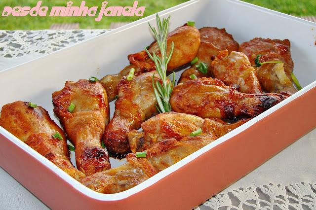 Coxinhas de frango assadas acompanhadas por purê de ervilhas