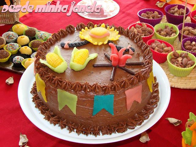 Bolo de chocolate com recheio trufado de maracujá e coco