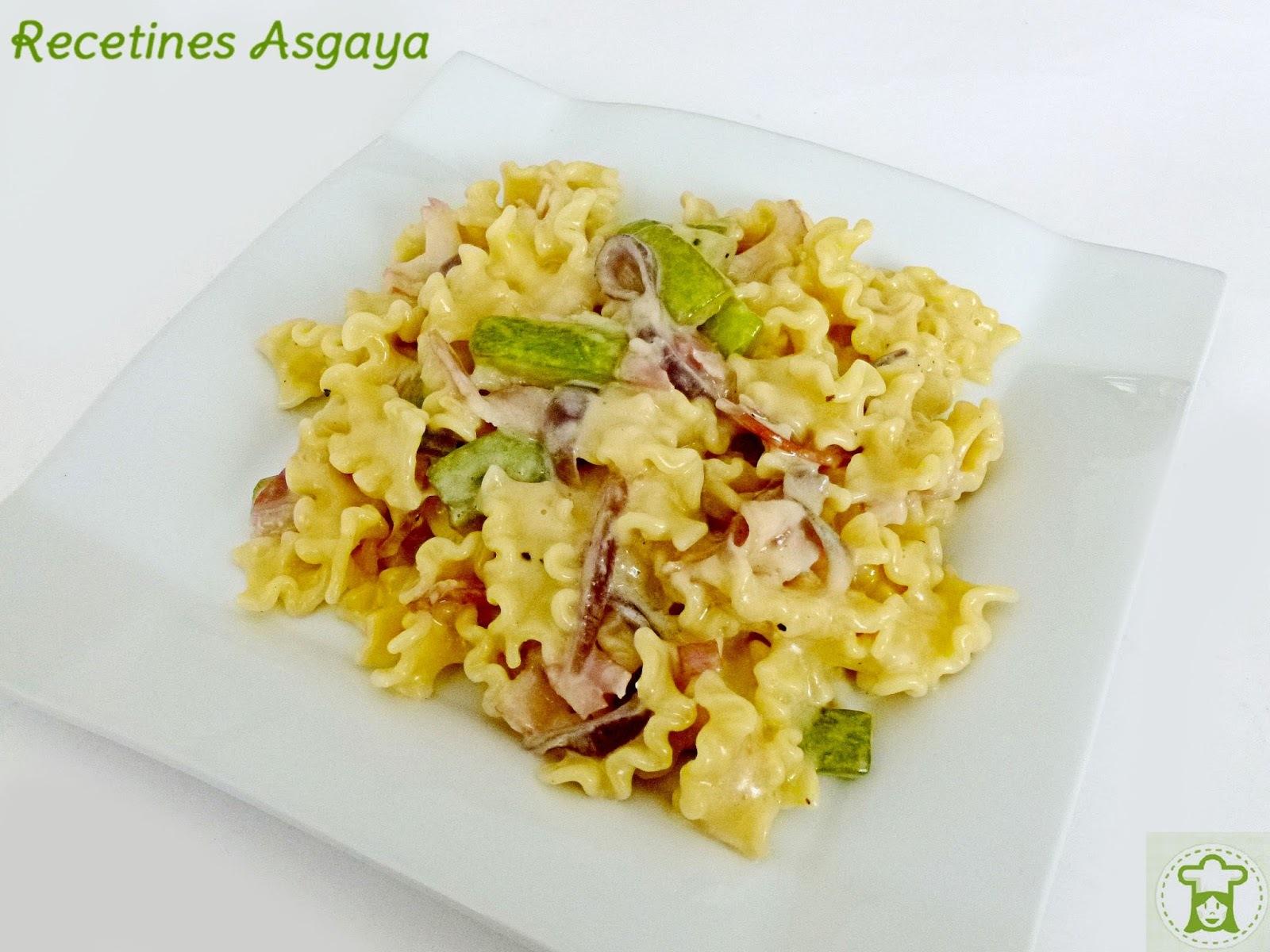 Pasta a la Carbonara con Calabacín y Cebolla Morada