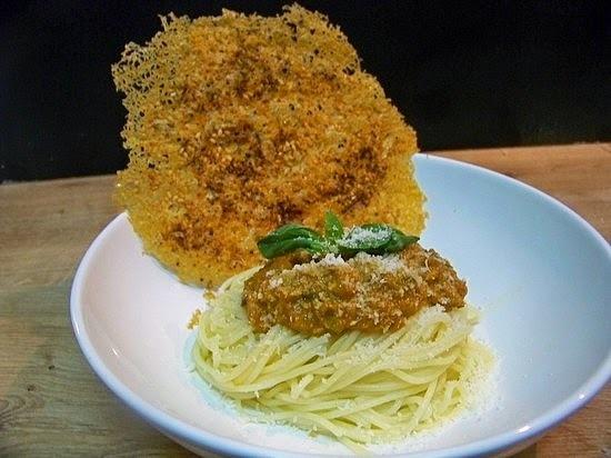 Spaghettis sauce arrabiata et chips de parmesan au sésame et piment d'Espeltte