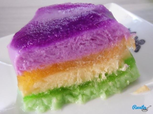 gelatina colorida com creme de leite e leite condensado em camadas