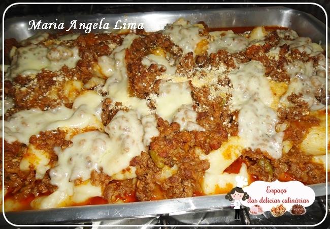Nhoque de batatas com molho a bolonhesa e queijo, de Maria Angela Lima