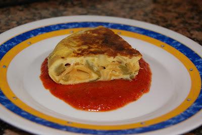 Tortilla de pasta con salsa de tomate
