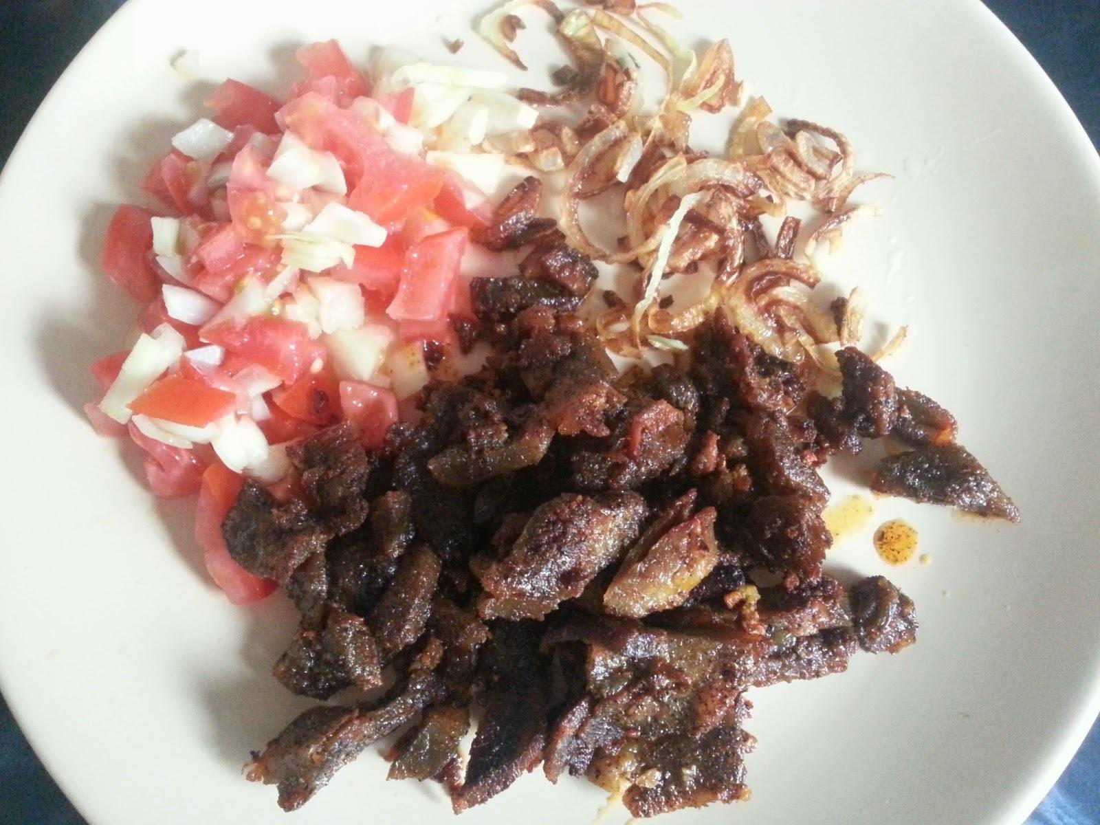 Gyros szalma hagymával, paradicsom salátával