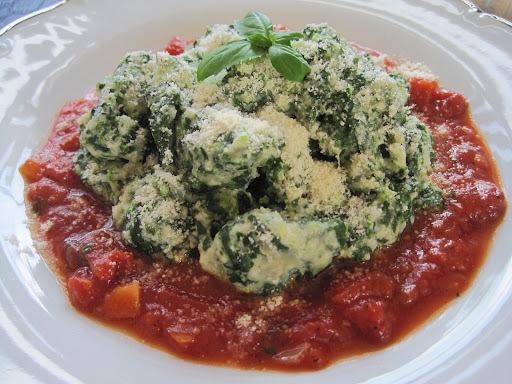 Špenátové gnocchi s paradajkovou omáčkou