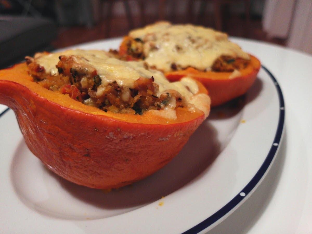 Vegetariánske hody: tekvica plnená quinoou, šošovicou a šampiňónmi so syrovou kôrkou
