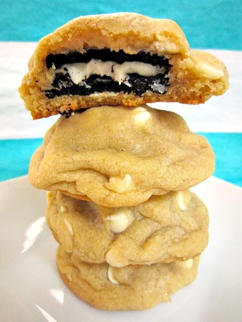 Cookies de chocolate branco recheados com oreo