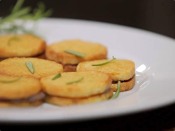 Biscoitos de Parmesão com Tapenade de Azeitonas Pretas