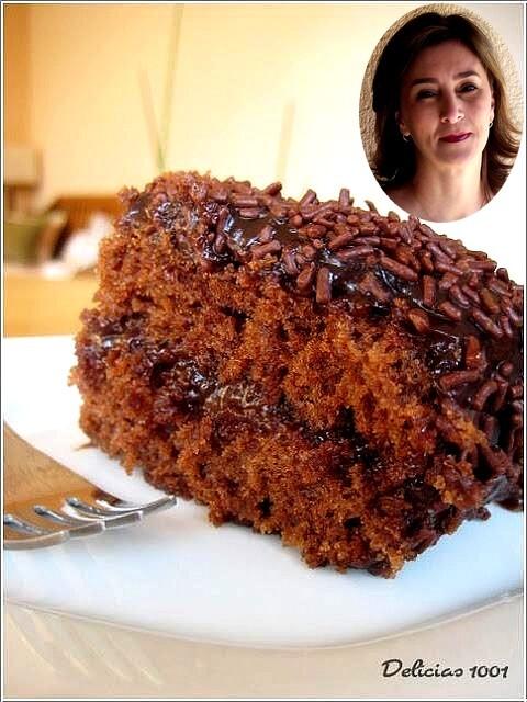 bolo de chocolate com recheio e cobertura de chocolate simples para crianças