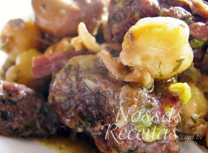 Carne de panela com grão-de-bico e favas