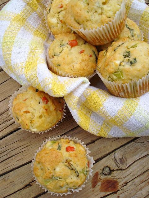 Muffins sa pečenim paprikama, fetom i bosiljkom