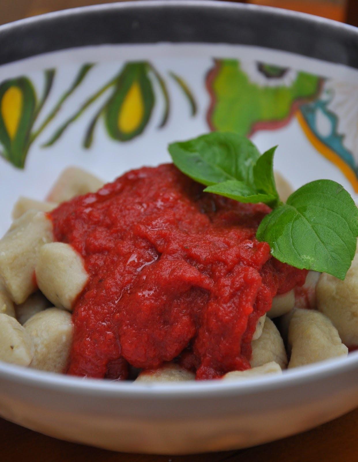 Nhoque de banana verde com farinha de arroz e molho falso de tomates (sem glúten, vegan)