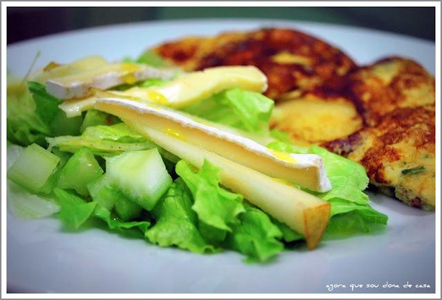 uma jantinha leve: omelete com batata e salada verde com pera e brie