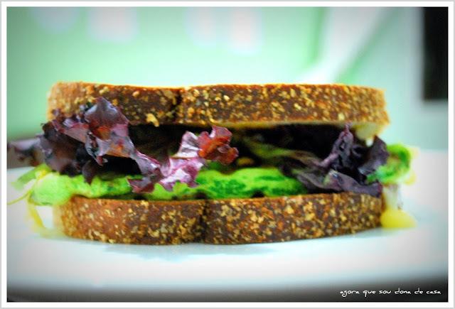 um lanche leve para uma tarde quente: sanduíche integral de abobrinha grelhada e brie
