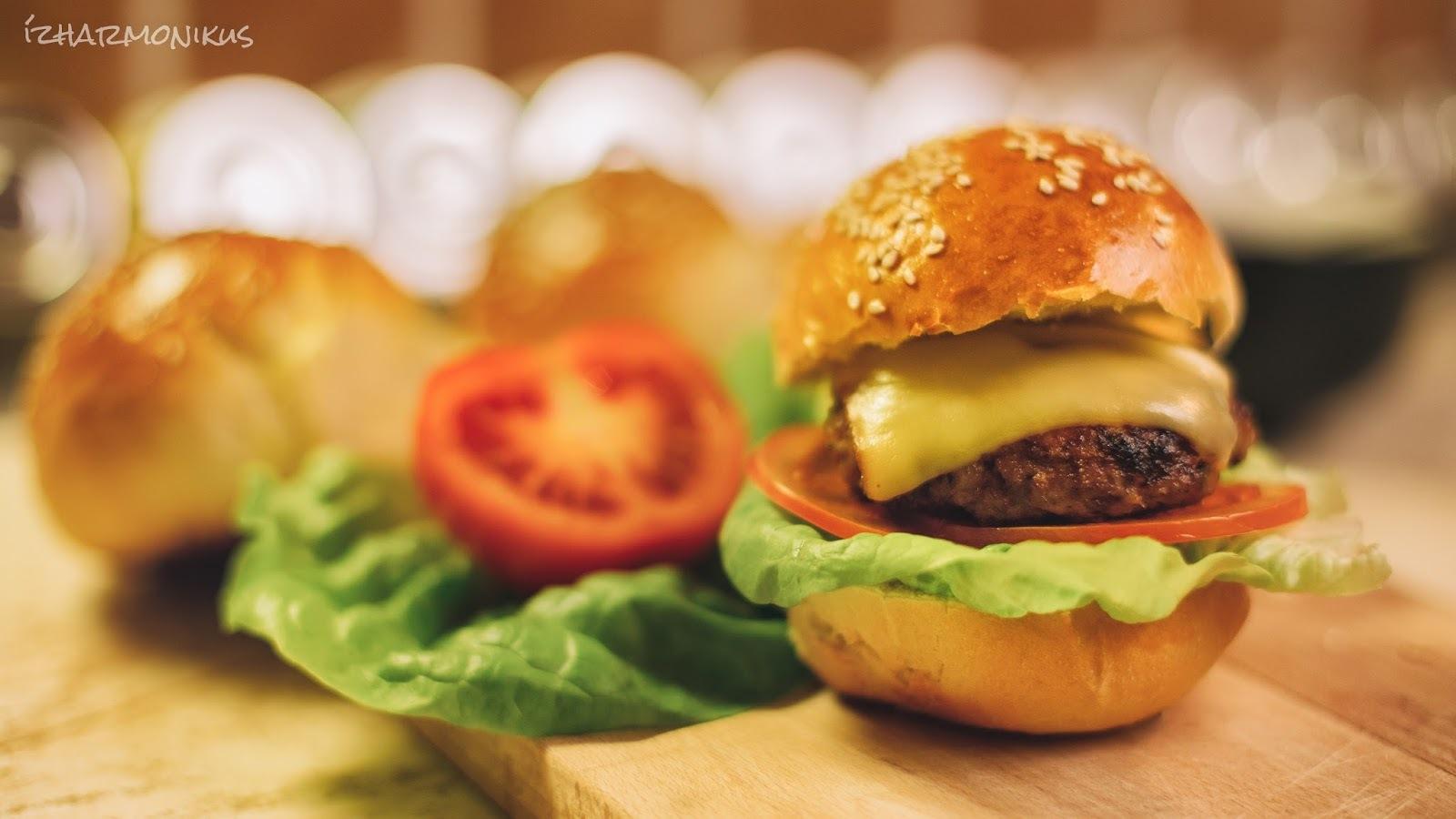 Hamburger – házi készítésű hamburgerzsemlével, húspogácsával, barbecue szósszal és hagymalekvárral