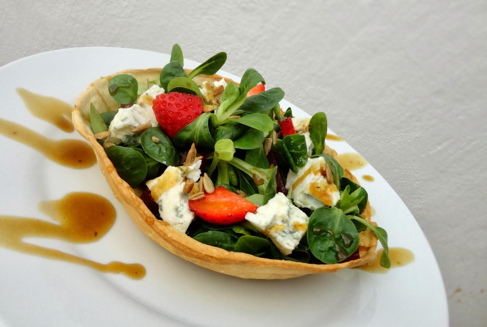 Ensalada de Gorgonzola y fresas en cuenco de pan casero