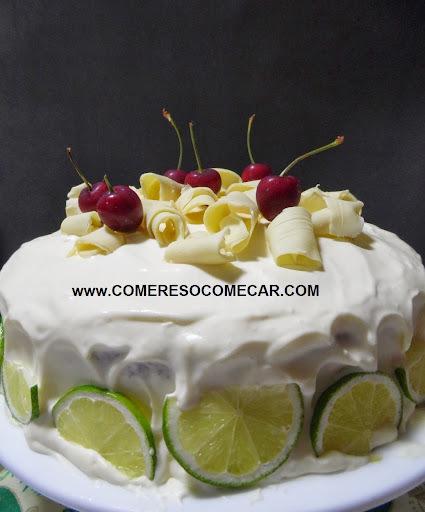 bolo branco com recheio trufado de chocolate branco e cereja