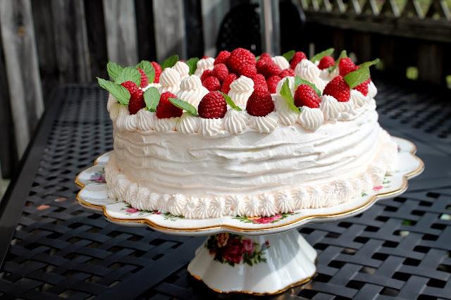 Torta od čajnih kolutića, poslastičarske kreme i želea od malina