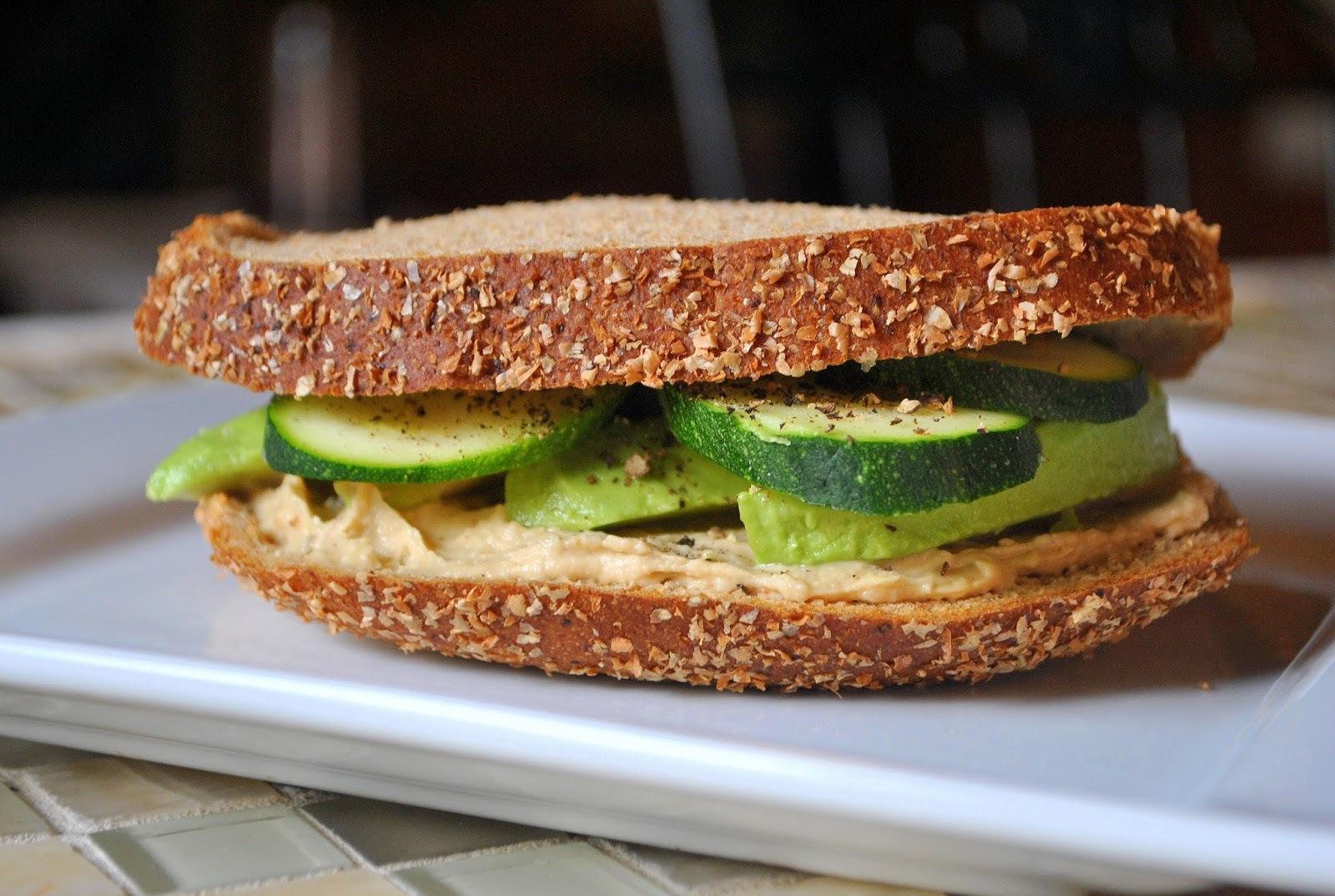 Day 29: Hummus, Avocado & Zucchini Sandwich (30 Days of Vegan Recipes)/Sanduíche de Hummus, Abacate e Abobrinha (Desafio: 30 Dias de Receitas Veganas)