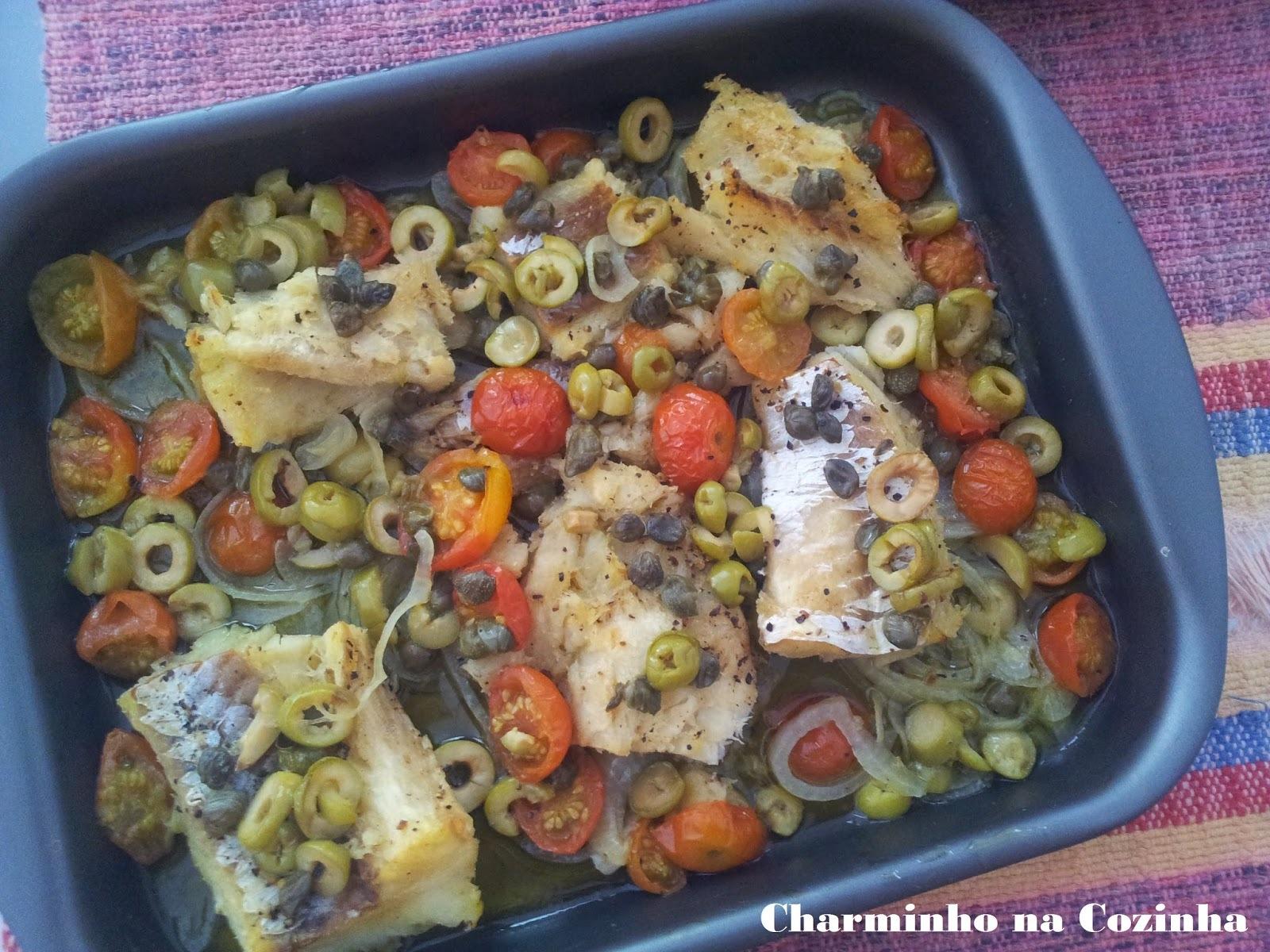 Bacalhau ao forno com alcaparras, azeitonas e tomatinhos