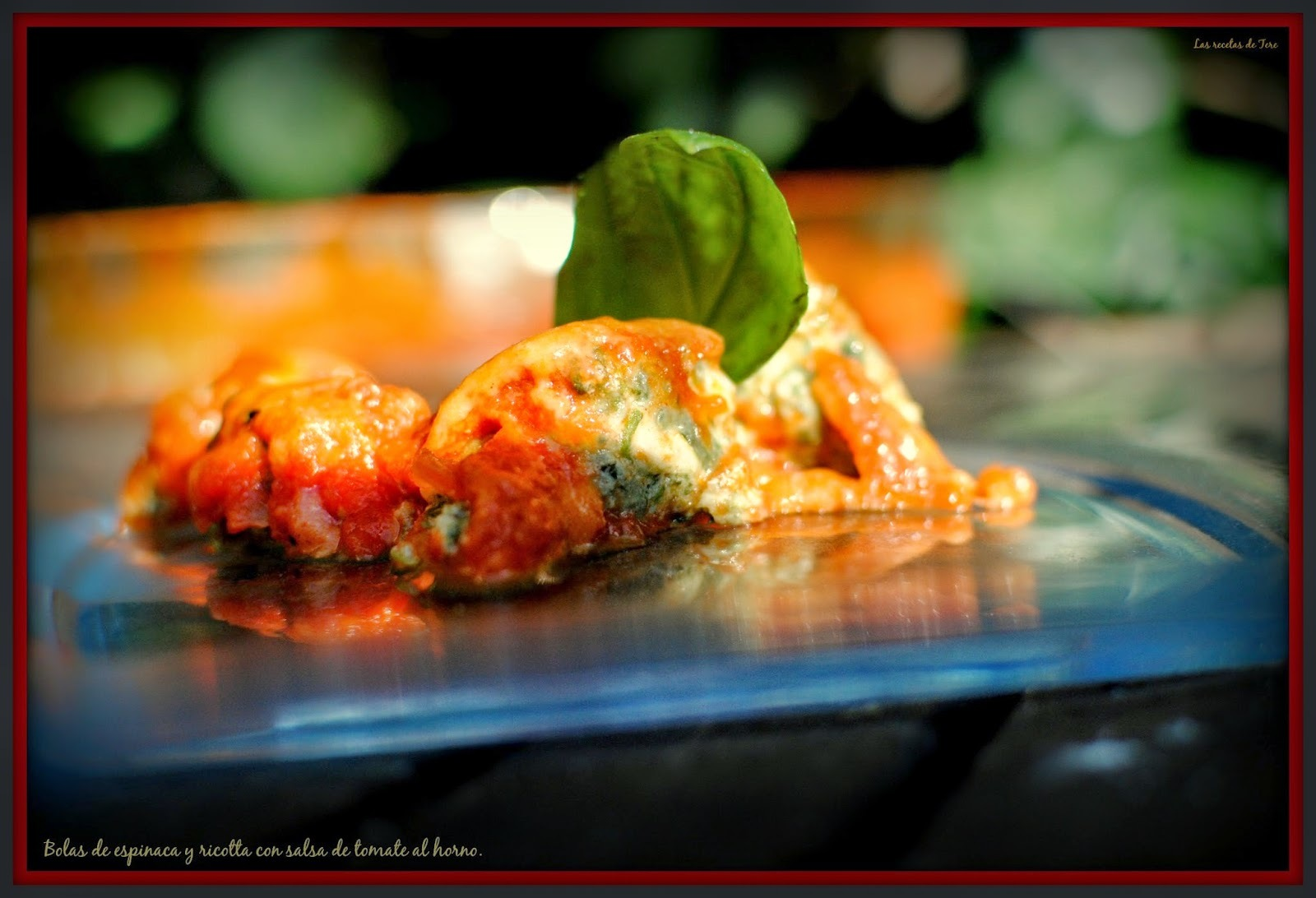 Bolas de espinaca y ricotta con salsa de tomate al horno.