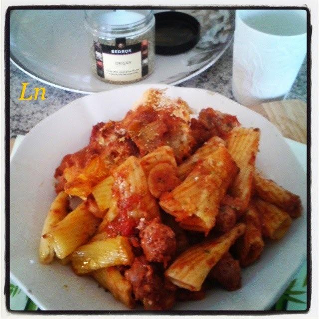 Rigatonis aux saucisses tomates mozzarella parmesan et origan