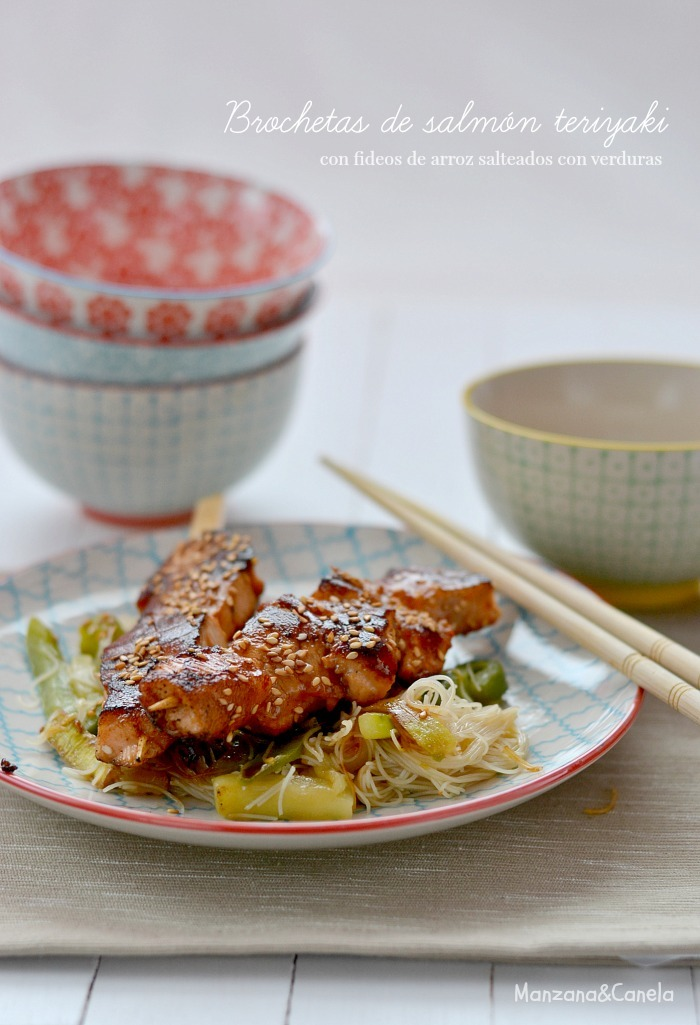 Brochetas de salmón Teriyaki con fideos de arroz salteados con verduras. Reto Canal Cocina: Recetas por cinco euros.