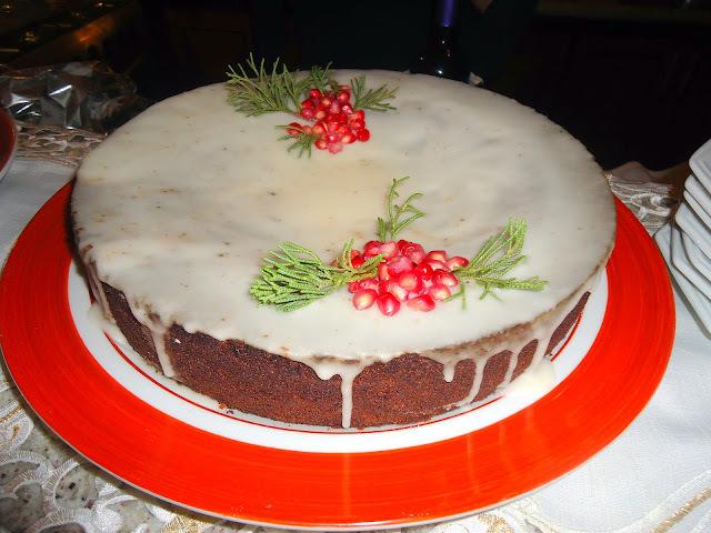 bolo de nozes com chocolate recheio de nozes e glacê de doce de leite